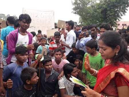 नालंदा में घटिया भोजन से नाराज छात्र उतरे सड़क पर