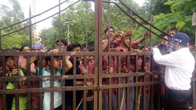 सोनभद्र में अव्यवस्था से नाराज आदिवासी बच्चे सड़क पर उतरे, पथराव
