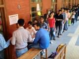 डूसू चुनाव की वोटिंग के लिए लाइन में खड़े छात्र-छात्राएं