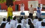 छात्राओं ने हिंदी दिवस पर विचार पेश किए