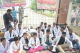 जेएलएन मेडिकल कॉलेज गेट पर पारा मेडिकल छात्रों ने जड़ा ताला