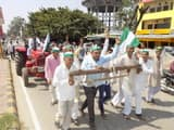 गजरौला में किसानों ने ट्रैक्टर खींच कर किया पेट्रो मूल्य वृद्धि का विरोध
