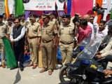 UP-100 के दोपहिया वाहनों को हरी झंडी दिखाकर रवाना करते पुलिस महानिदेशक ओपी सिंह