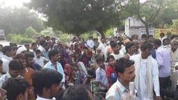 पुलिस की अभद्रता के विरोध में शव रखकर लगाया जाम
