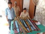 बिना लाइसेंस के दुकान में तलवार बेचते गिरफ्तार