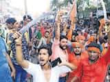 पटाखा फोड़ने और जयकारा लगाने पर रोकने पर पुलिस के खिलाफ प्रदर्शन