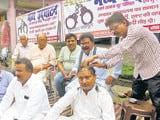 एससी-एसटी एक्ट के विरोध में प्रदर्शन करने वालों में शामिल हरिओम बाजपेई ने मुंडन भी कराया
