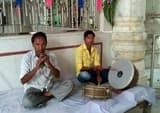 कई पीढ़ी से बड़ी दुर्गा मंदिर में शहनाई वादन कर रहा मुस्लिम परिवार