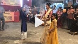 VIDEO -सुष्मिता सेन ने दुर्गा पंडाल में किया कुछ ऐसा जिसे देखकर हैरान हो दर्शक, आप भी देखें
