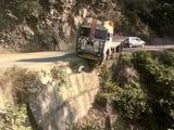 गणाई-गंगोली में सड़क से उतरकर हवा में लटका ट्राला, हादसा टला