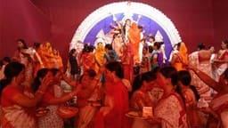 मां की विदाई: मूर्ति विसर्जन के समय महिलाओं ने खेली सिंदूर की होली
