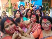 देवी की विदाई से पहले सिंदूर खेला की रस्म निभाई