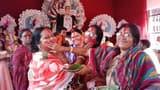 सिंदूर खेलकर महिलाओं ने मां दुर्गा को दी विदाई