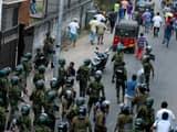 श्रीलंका में फायरिंग के बाद बिगड़े हालात, भीड़ को भगाती पुलिस(रेउटर्स फोटो)