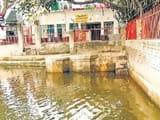 तालाब किनारे स्थापित भगवान चर्तुभुज का मंदिर। हिन्दुस्तान