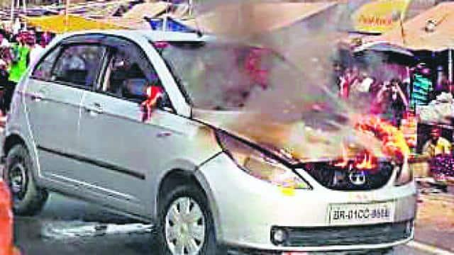 हरनौत में एनएच 20 पर धधक उठी कार, स्थानीय लोगों ने बुझायी आग