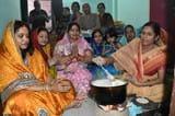 छठ : महिलाओं ने मीठा भोजन ग्रहण कर रखा व्रत