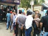 कई दिन की बंदी के बाद खुले बैंक, उमड़ी भीड़