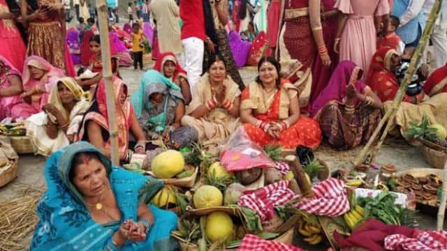 बिहार: अस्ताचलगामी सूर्य को लाखों छठ व्रतियों ने दिया अर्घ्य