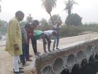 गजालपुर में लोगों द्वार बनाएं गए पुल का लैंटर डला, ग्रामीणों ने बांटी मिठाई
