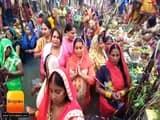 गोरखपुर के घाटों पर बिखरी छठ की छटा, व्रती महिलाओं ने अस्ताचल सूर्य को दिया अर्घ्य