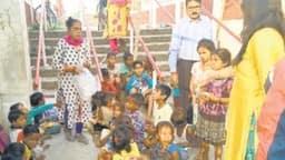 बाल दिवस पर विशेष: मंदिर की सीढ़ियों पर चलता है यह अनूठा स्कूल