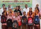 राजस्थान ब्राह्मण मंडल ने बच्चों को बांटे स्कूल बैग