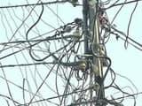 बिजली के खभों ने रोक रखा है सड़क बनने का काम