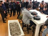 Russian prankster went to apple store with bathtub full of coins to buy iphone XS