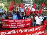 श्रमिकों ने रैली निकाल वेतन में कटौती पर एतराज जताया