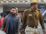 अरविंद केजरीवाल के जनता दरबार में कारतूस लेकर पहुंचे आरोपी मोहम्मद इमरान को कोर्ट में ले जाती पुलिस