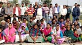 बाजपुर में ग्रामीणों का रेलवे के खिलाफ क्रमिक अनशन