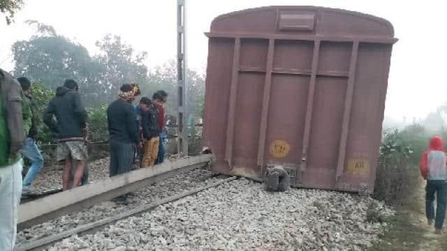 मालगाड़ी पटरी से उतरी
