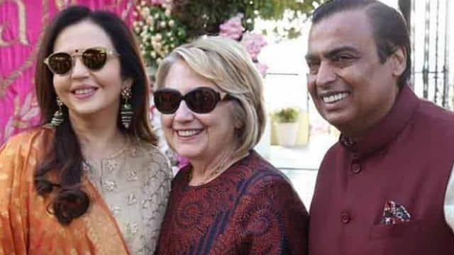 हिलरी क्लिंटन को रिसीव करते मुकेश और नीता अंबानी (photo: viral bhayani)