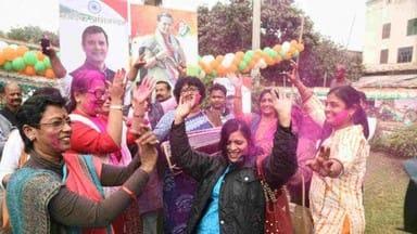 पटना में कांग्रेस के प्रदेश कार्यालय पर महिला कार्यकर्ताओं ने ढोलक बजाकर जमकर नृत्य किया।