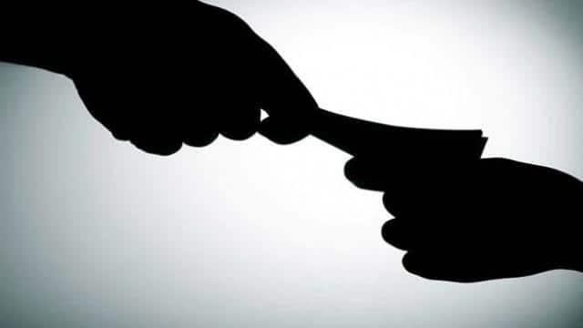 यूपी : अमेठी की जिला पंचायत राज अधिकारी श्रेया मिश्रा घूस लेते गिरफ्तार
