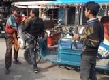 दो ई-रिक्शा चालकों के बीच सरेराह मारपीट, लगा जाम