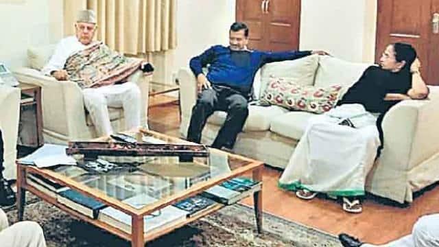 नई दिल्ली में बुधवार को विपक्ष की बैठक में फारुख अब्दुल्ला के साथ अरविंद केजरीवाल और ममता बनर्जी