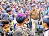 भेल्दी में लाठी-डंडे से हमले के बाद गुरुवार को ग्रामीणों को समझाती पुलिस।