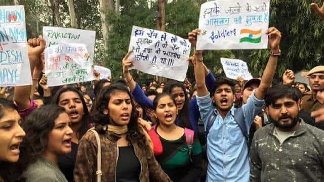 पुलवामा में सीआरपीएफ के जवानों पर हमले के विरोध में छात्राओं ने सड़क पर प्रदर्शन किया।