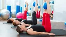 Baba Ramdev Yoga Tips : इन 3 योगासनों और आयुर्वेद टिप्स से घटाएं पेट की चर्बी, देखें Video