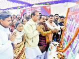 कवलदह पोखरा परिसर में रविवार को आयोजित संकल्प व श्रद्धांजलि सभा में शहीदों के चित्र पर पुष्प अर्पित