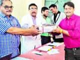 मंगलवार को स्वास्थ्यकर्मियों को सम्मानित करते डॉ फैसल व अन्य । ' हिन्दुस्तान