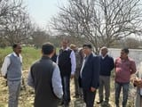 शासन की टीम ने लिया आंवले की बाग का जायजा