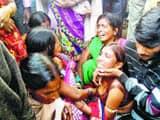 एकंगरसराय में गुरुवार को मृतक के रोते-बिलखते परिजन। ' हिन्दुस्तान