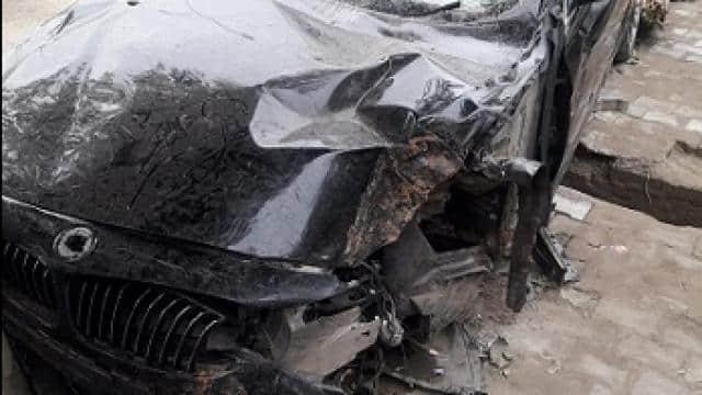 हादसे का शिकार हुई बीएमडब्ल्यू कार
