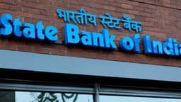 SBI ग्राहक एक महीने में इतनी बार मुफ्त निकाल पाएंगे ATM से पैसा, बदल गए हैं नियम