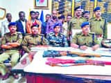 एसपी कार्यालय में शनिवार को जानकारी देते एसपी अवकाश कुमार व पुलिस हत्थे चढ़े बदमाश।
