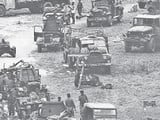 भारत-बांग्लादेश सीमा पर अस्थाई सैन्य शिविर में साजो-समान संभालते सैनिक (फाइल फोटो)