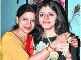 >> बेटी विदिशा को जूलॉजी ऑनर्स में गोल्ड मेडल मिलने के बाद खुशी का इजहार करतीं डॉ. रश्मि प्रिया।